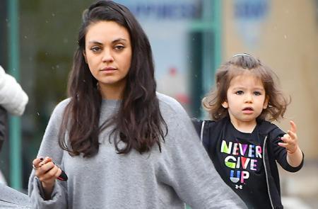Девчачьи радости и никаких мальчиков: Мила Кунис с дочерью Уайетт побывали в маникюрном салоне