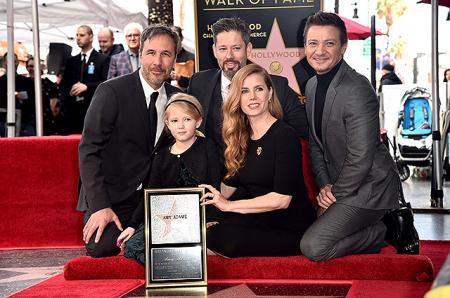 Эми Адамс с мужем и дочерью на церемонии открытия звезды на