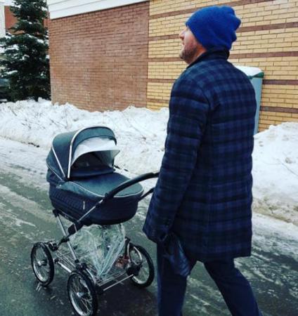 Максим Виторган на прогулке с сыном