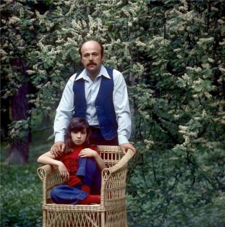 Семь лет Александр старался быть для дочери и папой, и мамой: рано вставал, чтобы приготовить завтрак и обед, спешил на репетицию, а потом - забирать дочку из школы.