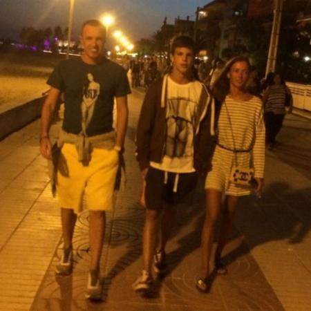 Когда актер выложил в свой Instagram снимок, на котором Верник изображен идущим по улице с 14-летний сыном Гришей и возлюбленной, многие подумали, что Дарья — девушка Гриши.