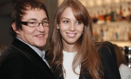 Дмитрий Дибров. После расставания с 23-летней начинающей актрисой, телеведущий сразу же женился вновь на 19-летней модели Полине Наградовой.