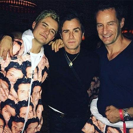 Орландо Блум и Джастин Теру с гостем вечеринки