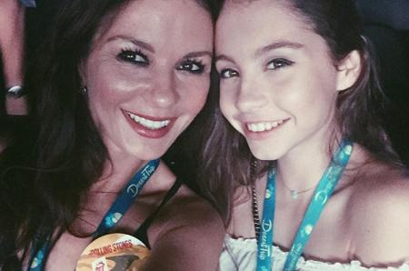 Дочь Кэтрин Зета-Джонс и Майкла Дугласа: сходство с матерью, дебют на сцене и не только — знакомимся с 13-летней Кэрис