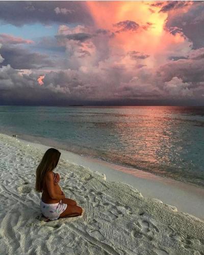 Беременная жена Антона Беляева позирует топлес на пляже