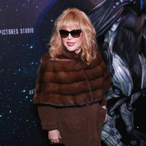 Пугачева явилась на премьеру фильма Бондарчука в мини-платье и в оранжевых носках