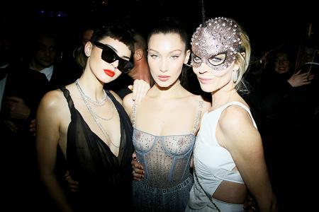 Кендалл Дженнер, Белла Хадид и Ева Герцигова на маскараде Dior