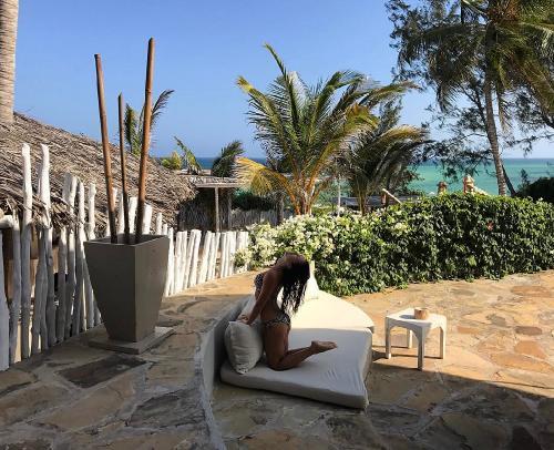 Важные перемены в жизни: певица Нюша отправилась в Африку на помолвку