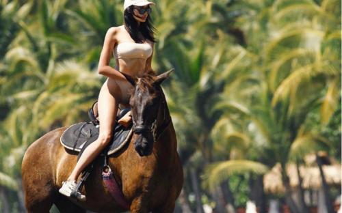 «Лишь бы сиськи показать»: невеста Тимати устроила сексуальную фотосессию на пляже