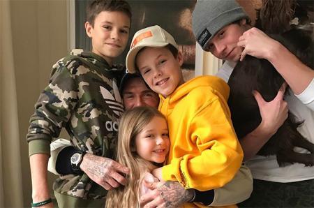 Три сыночка и папина дочка: Виктория Бекхэм опубликовала семейную фотографию