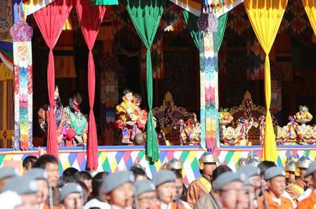 Король и королева Бутана с сыном