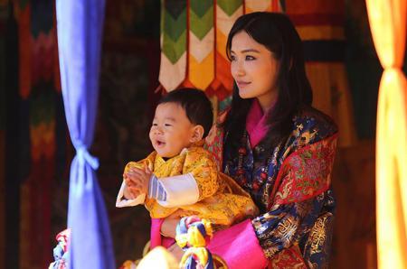 Король и королева Бутана опубликовали новую фотографию подросшего сына