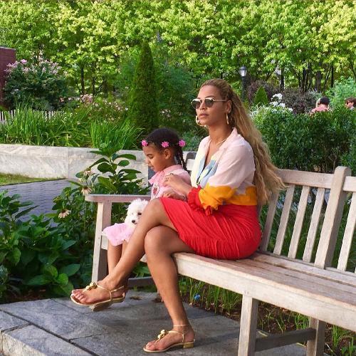 Беременная двойней певица Бейонсе показала голый животик