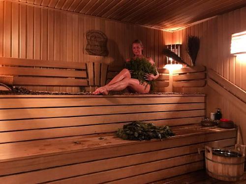 «Сиськи в сугробе»: голая Анастасия Волочкова разлеглась на снегу