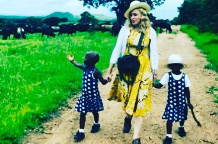 Мадонна сделала официальное заявление об удочеренных близнецах и опубликовала их фотографию