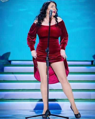 Задрав платье по самый живот, Лолита Милярская показала стройные ножки