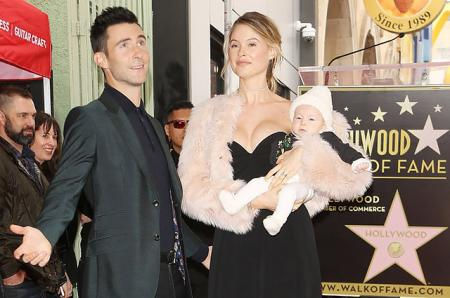 Адам Ливайн и Бехати Принслу впервые вышли в свет с 4-месячной дочерью Дасти Роуз
