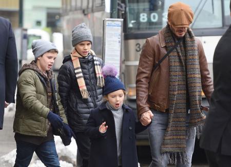 День отца: пока Виктория Бекхэм работает на Неделе моды в Нью-Йорке, Дэвид присматривает за детьми