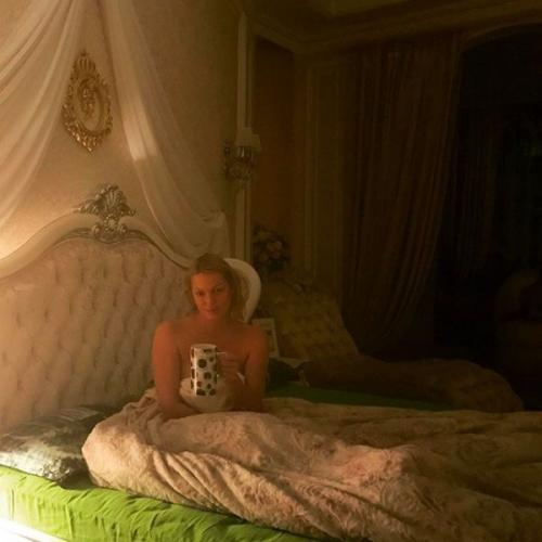 Пользователи обсуждают очередное постельное фото Анастасии Волочковой
