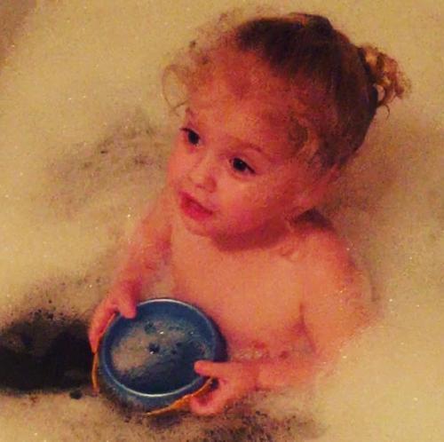 Алла Пугачева показала дочь Лизу в процессе купания в ванной