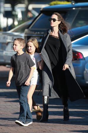 нджелина Джоли с дочкой Вивьен и сыном Ноксом