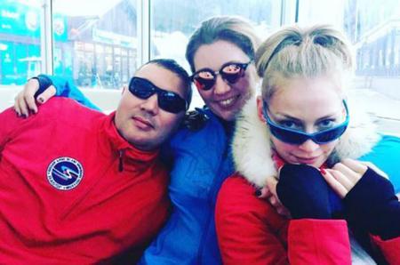Зимние радости: Светлана Ходченкова катается на горных лыжах в Карачаево-Черкесии