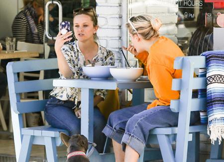Как подруги: Риз Уизерспун сходила на ланч с 17-летней дочерью