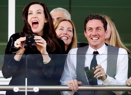Лив Тайлер затмила представительниц британской королевской семьи на скачках в Челтенхэме