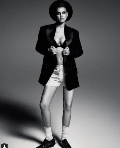 Ирина Шейк опубликовала фото в пиджаке поверх обнаженного тела