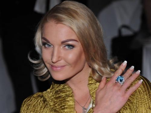 На гастролях в Уфе Анастасия Волочкова лечилась тайским массажем и французским шампанским