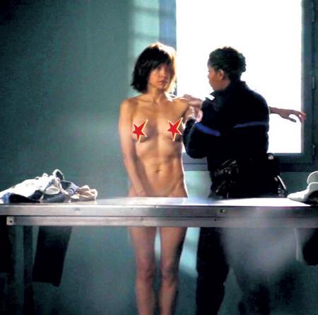 Женское узилище дало режиссёру прекрасную возможность показать Софи МАРСО в чём мать родила (кадр из «Тюремных пташек»)