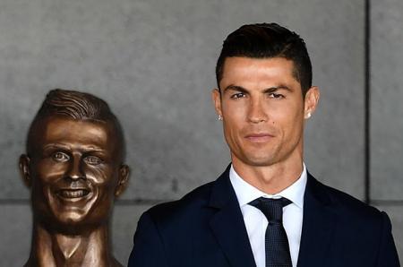 Соцсети смеются над бронзовой статуей Криштиану Роналду