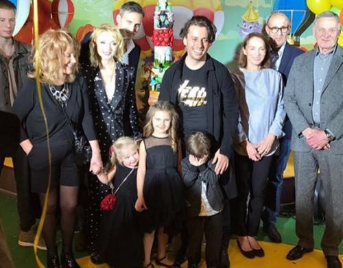 67-летняя Алла Пугачева пришла на день рождения внучки в коротких шортах