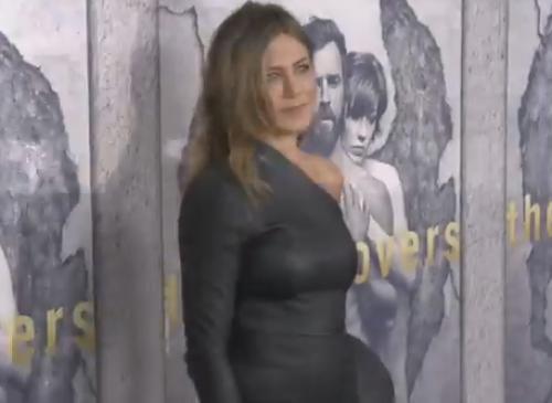 Располневшая Дженнифер Энистон вышла на люди в коротком платье