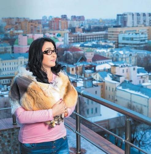 Лолита шокировала поклонников странным макияжем на концерте в Кремле