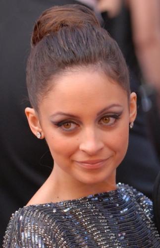 Актриса Николь Ричи получила по лицу во время съемок телешоу
