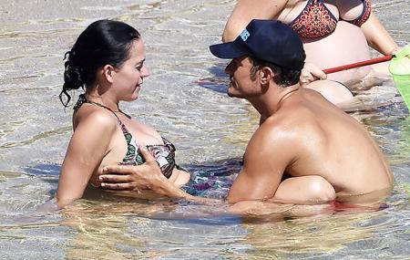 """Орландо Блум и Кэти Перри во время отдыха в Италии. Лишь один из немногих снимков, на которых Блум """"позирует"""" без одежды"""