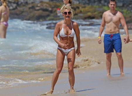 Отпуск на Гавайях: Бритни Спирс продемонстрировала подтянутое тело на пляже