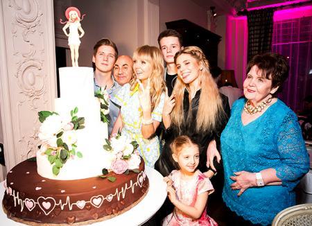 Валерия отметила день рождения с семьей, Кристиной Орбакайте, Эмином и другими: фоторепортаж