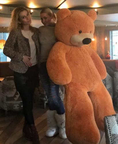 Балерина Анастасия Волочкова сделала фото с большим медведем