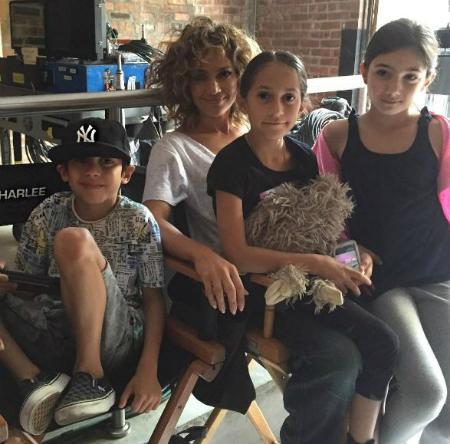 Дженнифер Лопес с детьми и подругой дочери