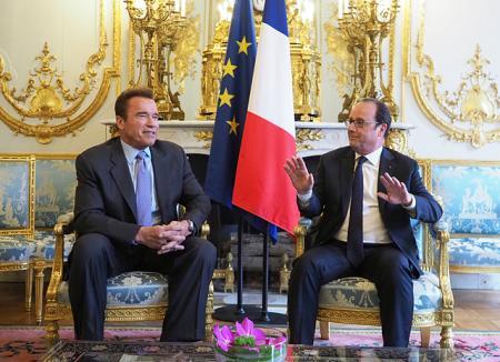 Арнольд Шварценеггер получил почетную награду из рук президента Франции Франсуа Олланда