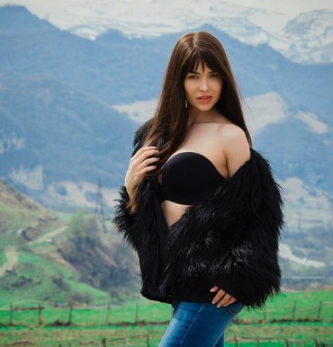 Ростовская модель Мария Лиман опубликовала фото в шубе и бюстгальтере