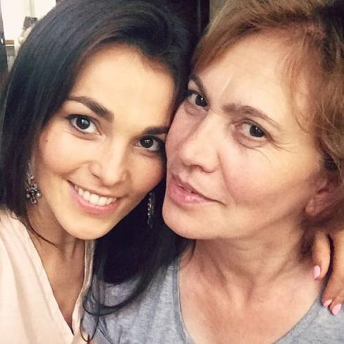 Мама и сёстры Сати Казановой стараются выдать её замуж