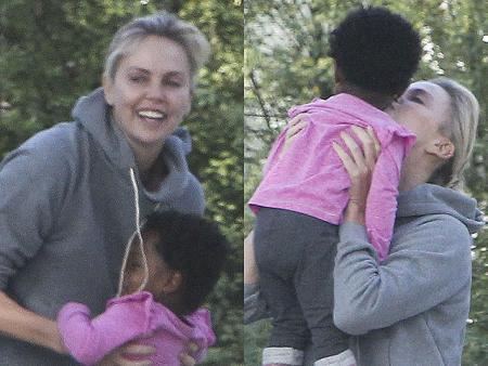 Для любви не нужен повод: Шарлиз Терон на прогулке с дочерью Августой