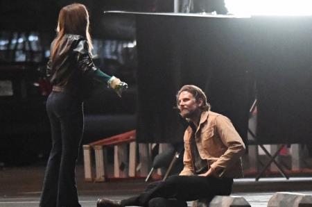 Леди Гага исполнила Брэдли Куперу серенаду во время съемок нового фильма