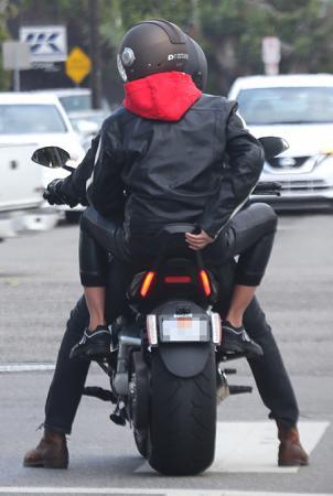 В разгар скандала: Ирина Шейк и Брэдли Купер съездили на свидание на мотоцикле