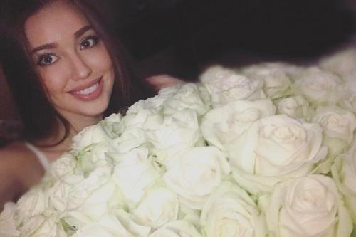 Анастасия Костенко похвасталась букетом роз от Дмитрия Тарасова